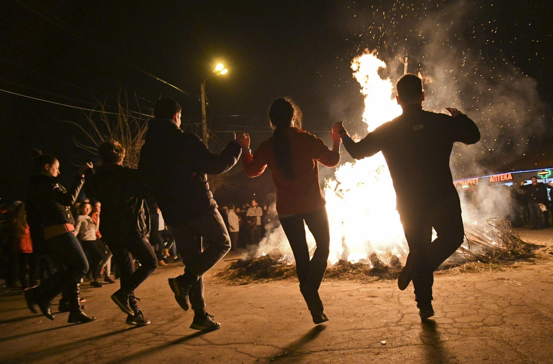 На хорото около заговешкия огън в софийското село Бистрица