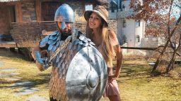 Джулиана Гани спасена от своя рицар в блестящи доспехи