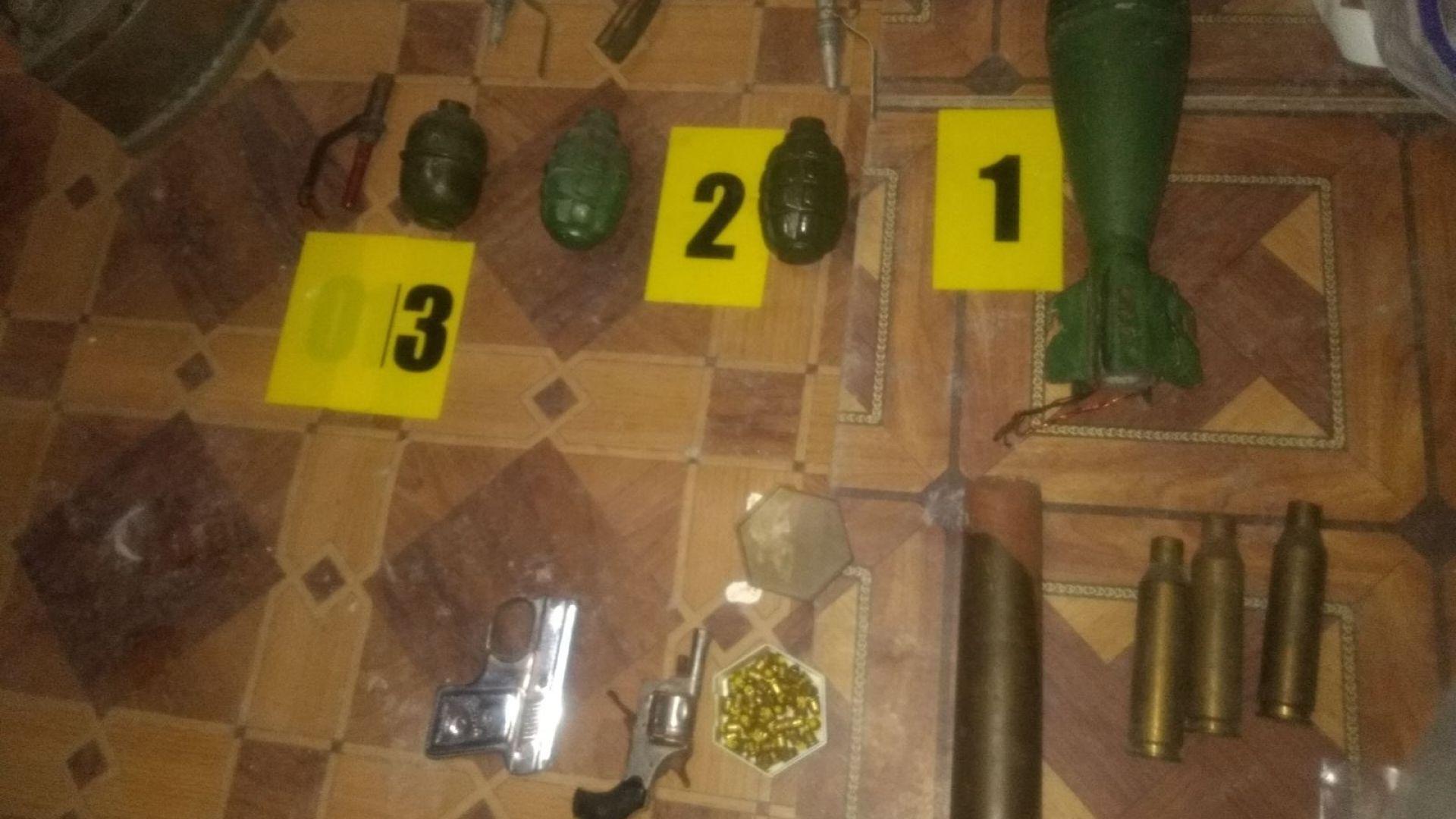 Служители на полицията откриха боен арсенал във вилна постройка, разположена
