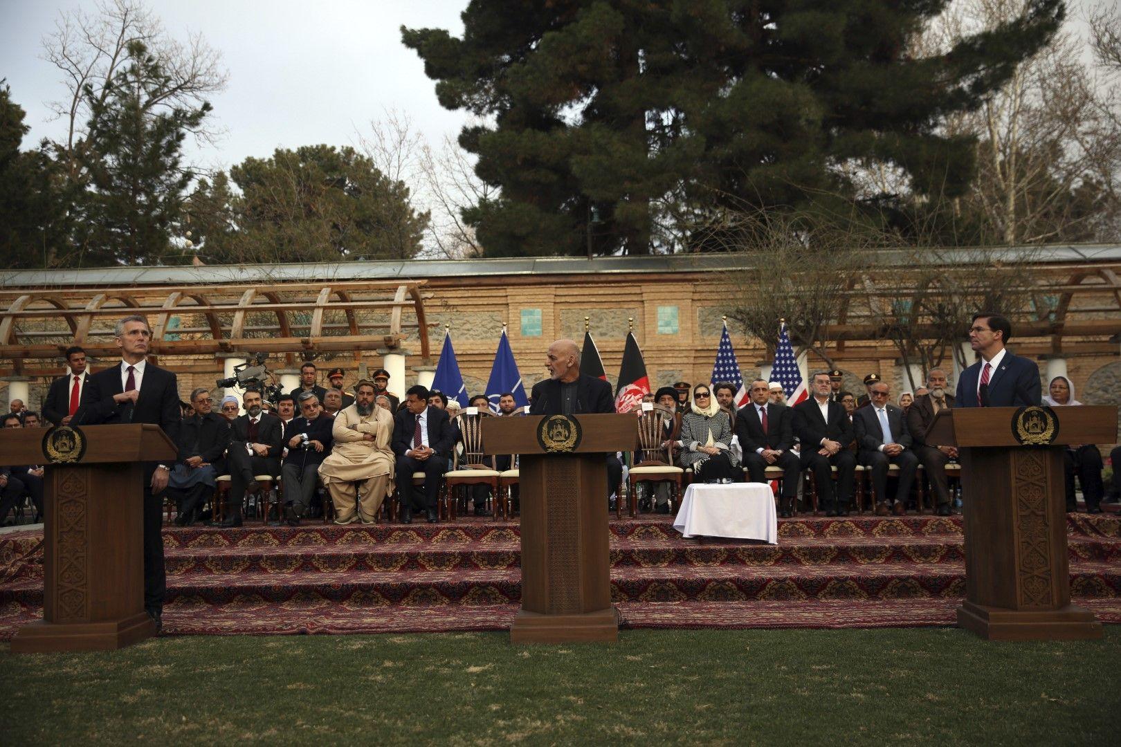 Генералният секретар на НАТО Йенс Столтенберг, афганистанският президент Ашраф Гани и министърът на отбраната на САЩ Марк Еспър говорят на пресконференция в Кабул, след като в Доха бе подписан мирният договор между САЩ и талибаните