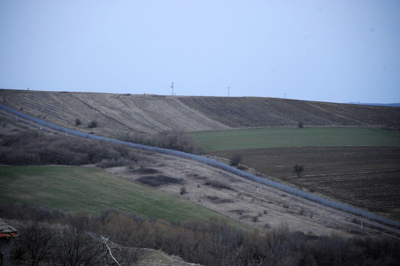 На снимката се вижда телената ограда от село Щит, недалеч от границата с Турция, 29 февруари