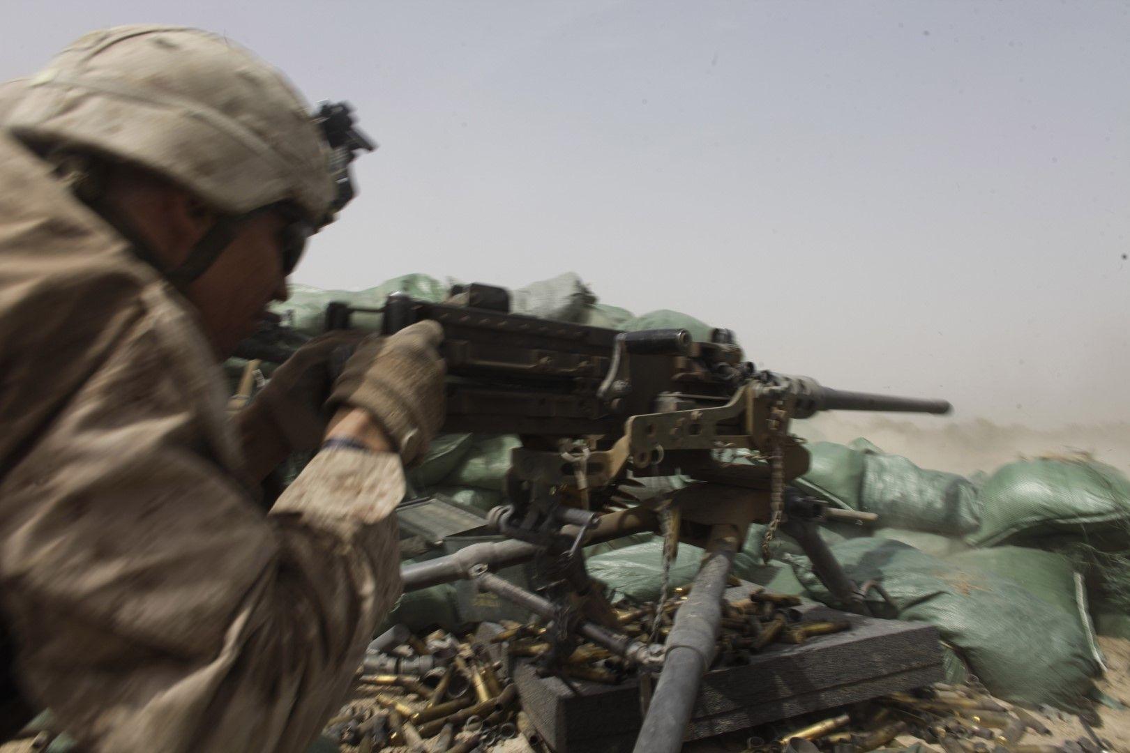 25 август 2011 г. Американски морски пехотинец стреля по позиция на талибаните в провинция Хелманд, Южен Афганистан