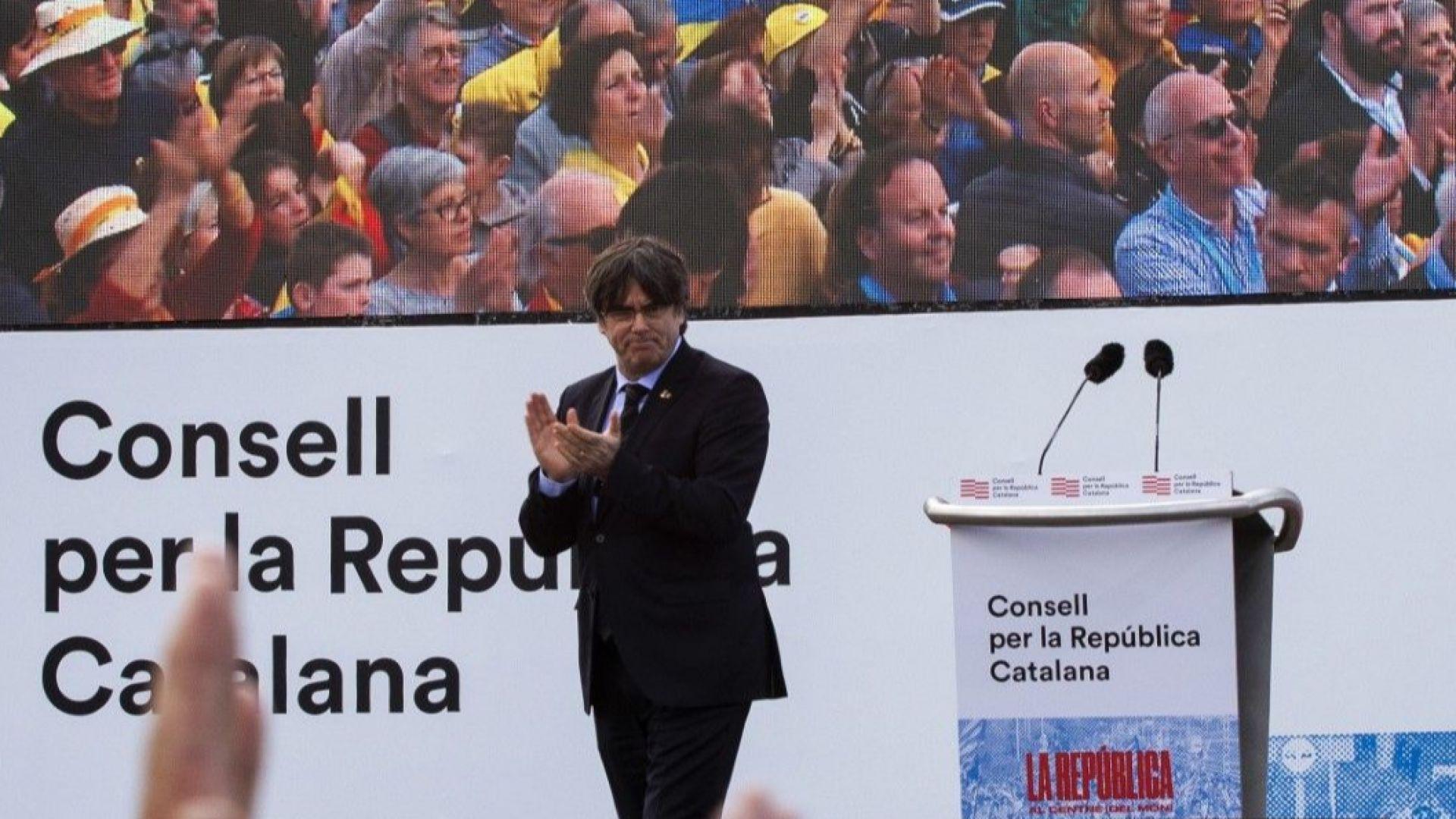 Карлес Пучдемон по време на митинг на каталунци във френския град Перпинян през 2020 г.