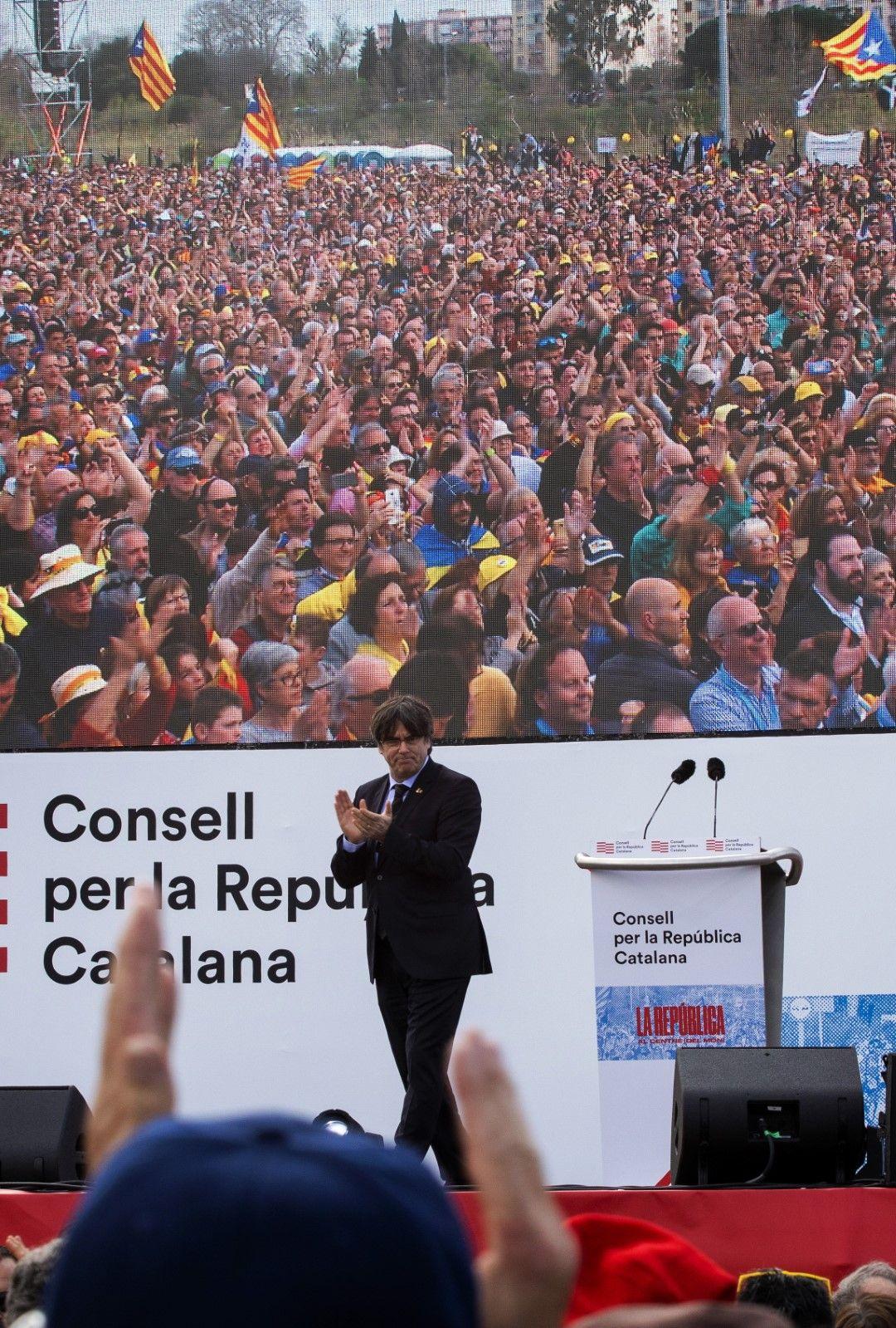 Карлес Пучдемон аплодира събралото се множество на митинга на каталунци в Перпинян