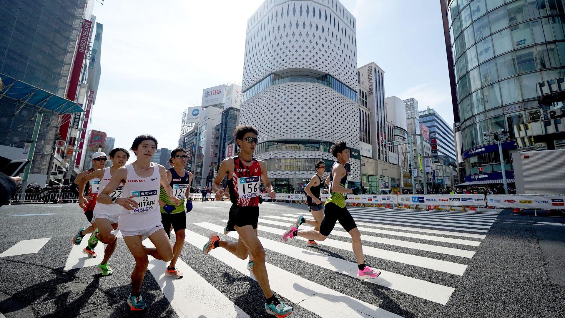 Тъжно - маратонът на Токио мина пред тихи и празни улици заради коронавируса