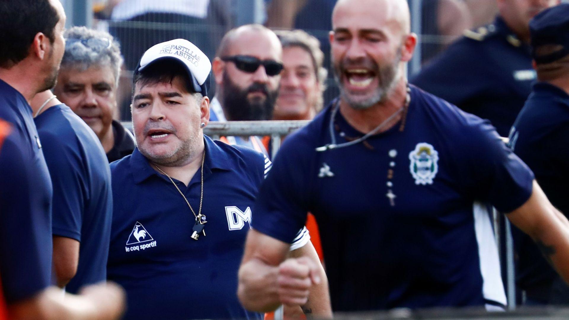 Марадона не спира със странните методи в Химнасия, закара комик при отбора