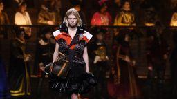 Сблъсъци на времето: Louis Vuitton закри Седмицата на модата в Париж с грандиозно шоу