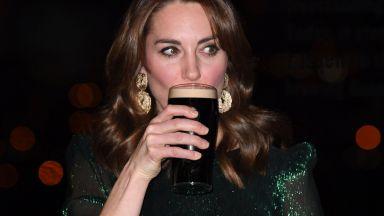 Кейт Мидълтън уважи Ирландия с блестяща рокля и тъмна бира в ръка
