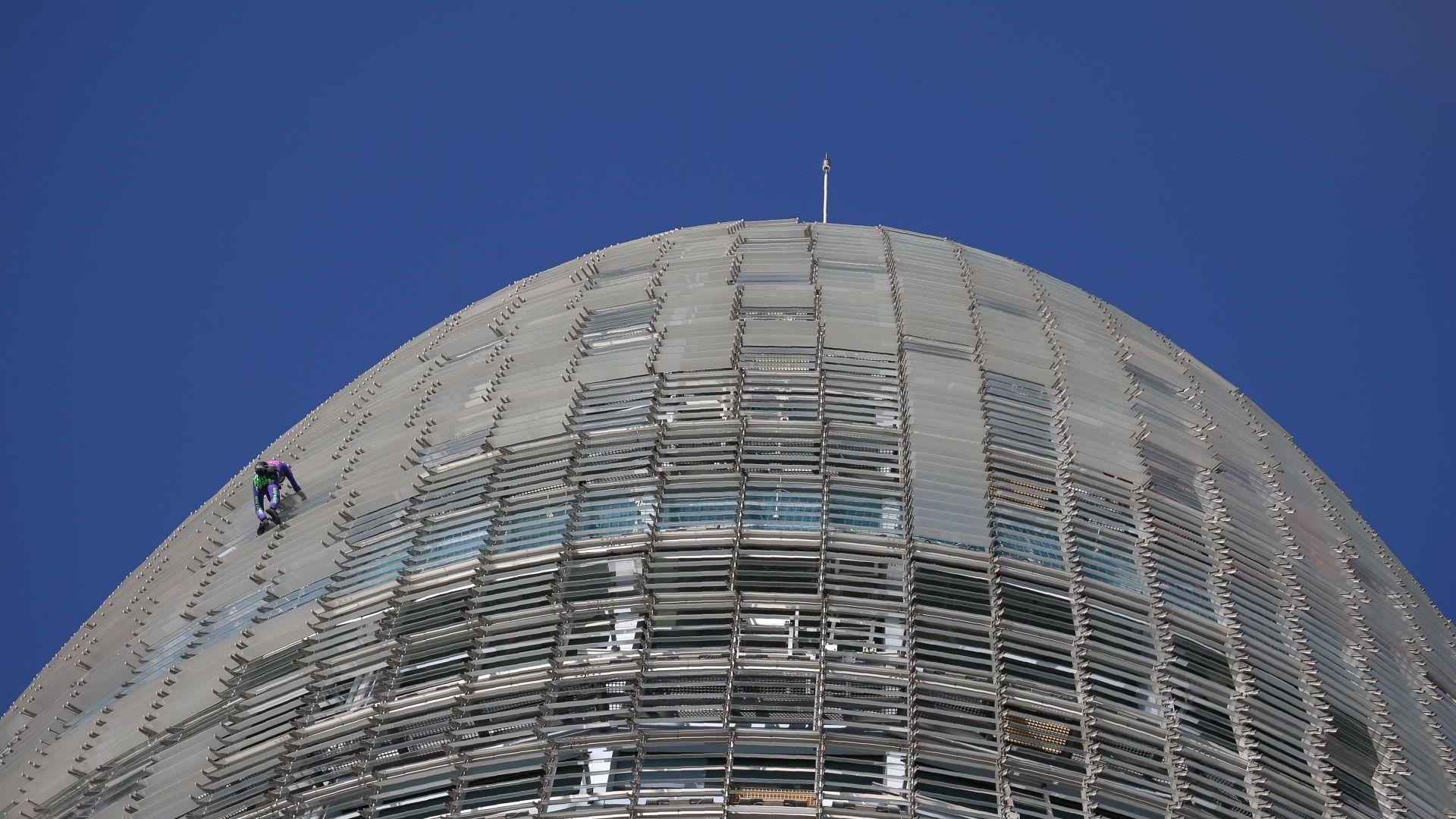 Срещу страха от COVID-19: Френският Спайдърмен изкачи кулата Агбар в Барселона (снимки)