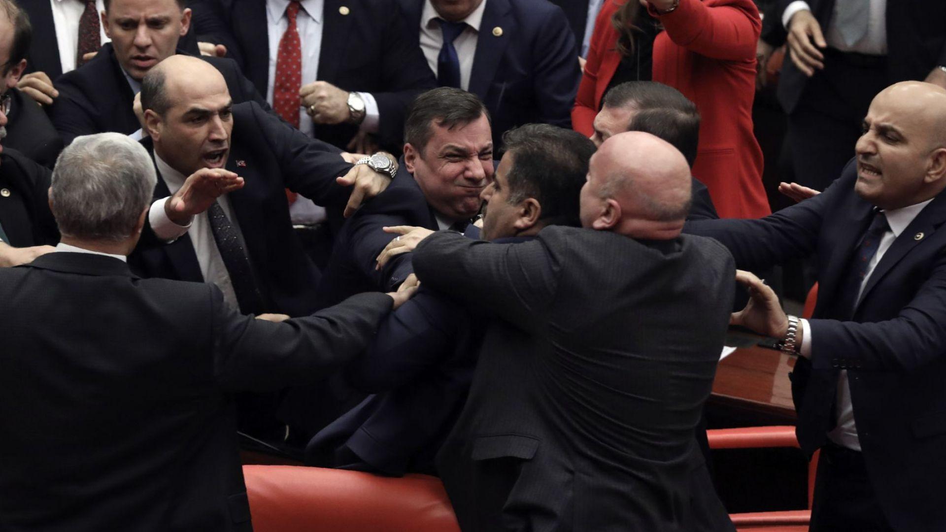 Масов бой в парламента на Турция, докато Ердоган говори с шефа на ЕП (видео/снимки)