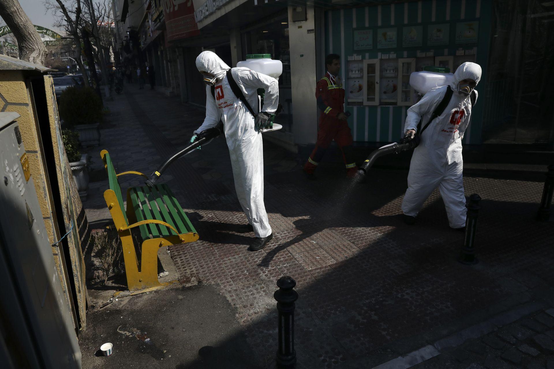 Пожарникарите дезинфекцират пейка и тротоар заради новия коронавирус в Техеран