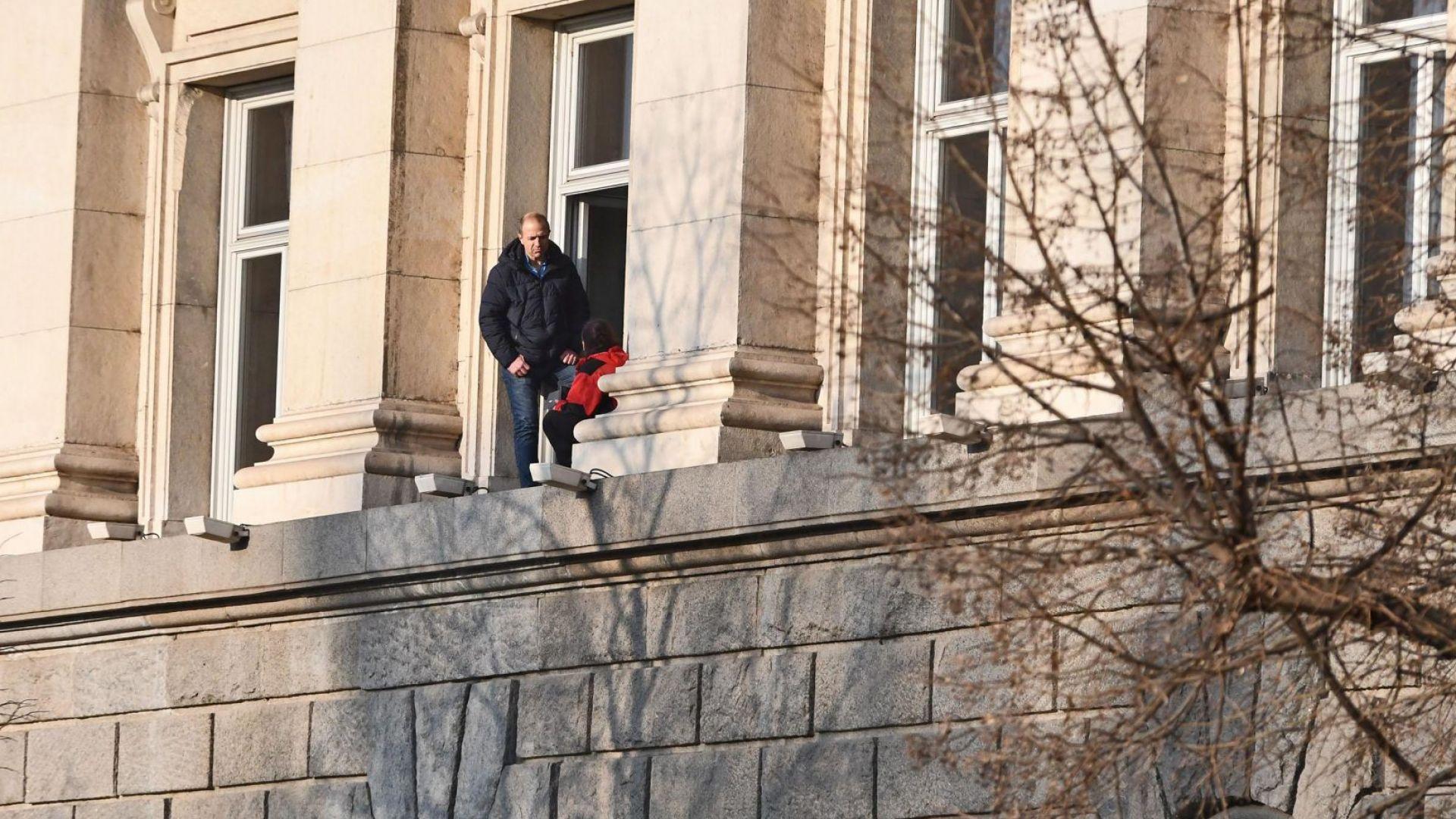 """Дариткова обвини НСО, че не са се справили с """"нестабилната психически жена"""" на перваза"""