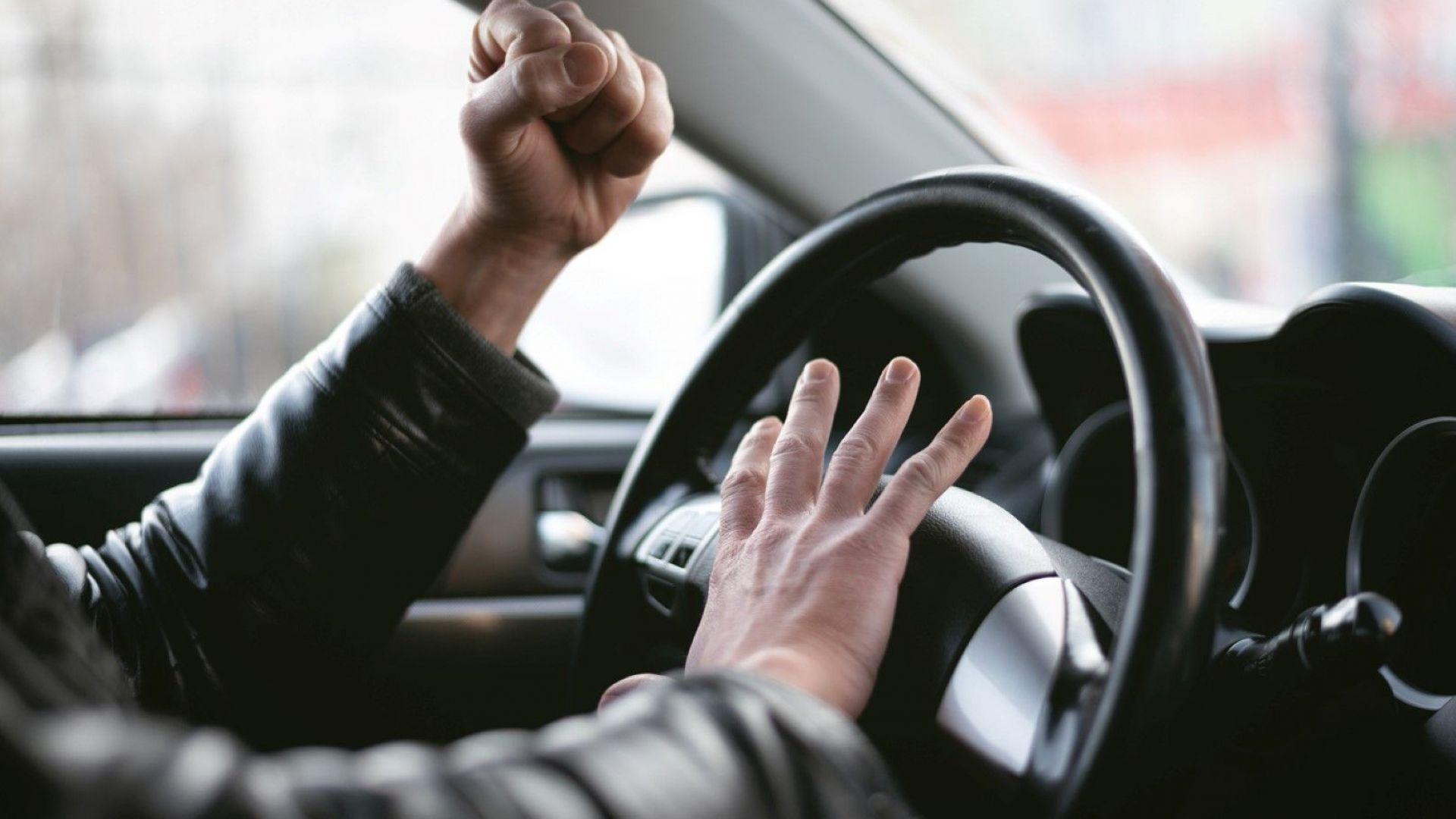 Агресивен шофьор преби възрастен мъж, никой не се е намесил