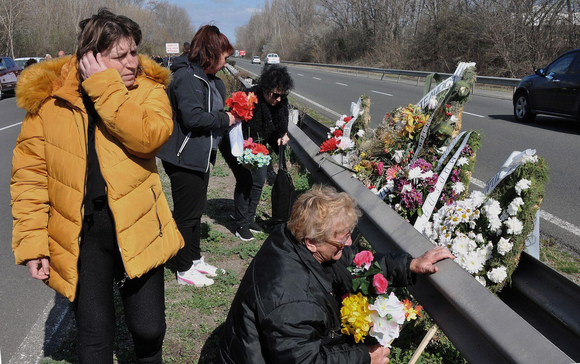 Цветя на мястото, където са загинали кметицата и младия мъж