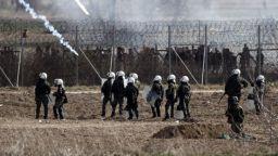 Ново напрежение на границата между Гърция и Турция, газ и водни оръдия срещу мигранти