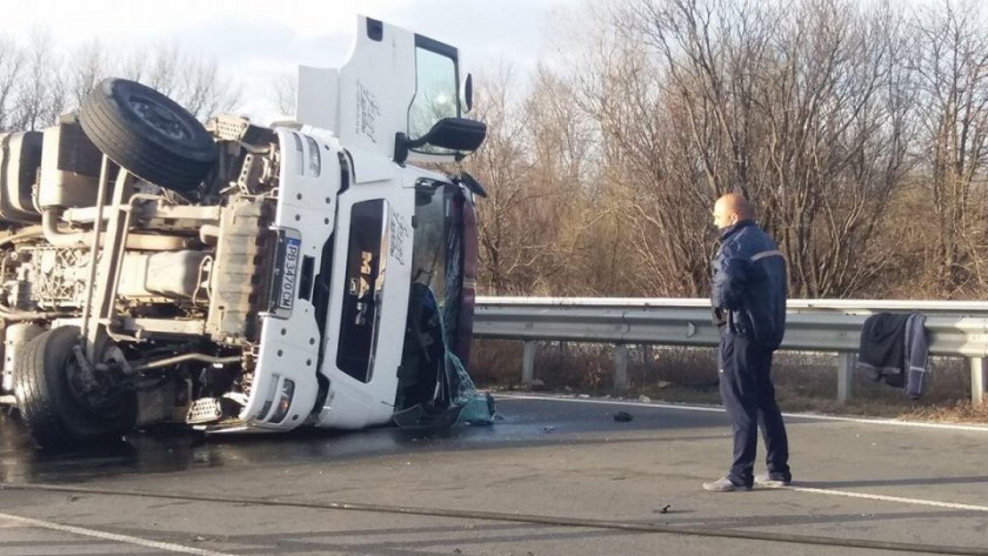 Тежкотоварен камион се обърна тази сутрин в Пловдив. Инцидентът е
