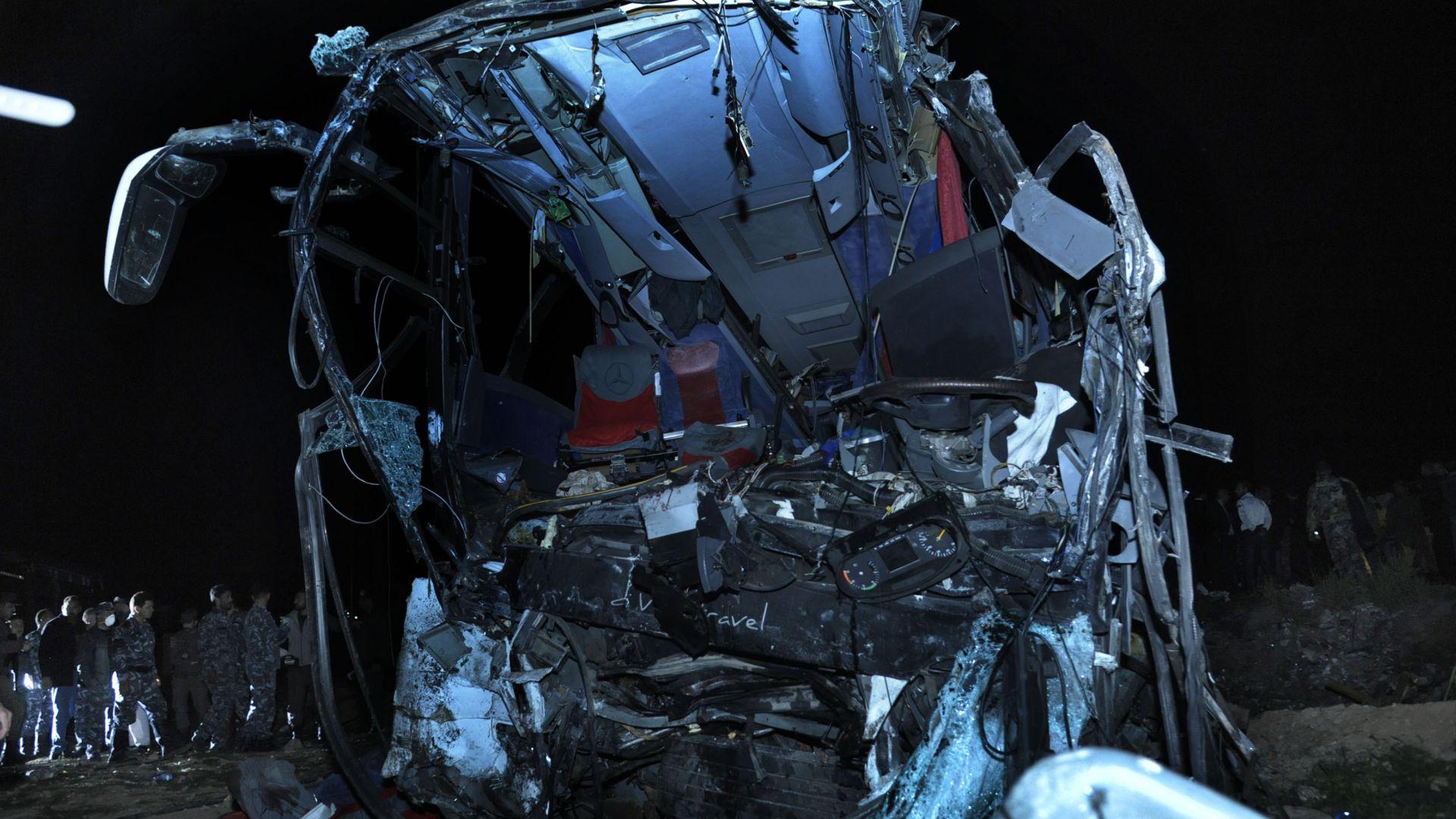 Най-малко 32 души загинаха във верижна катастрофа с участието на