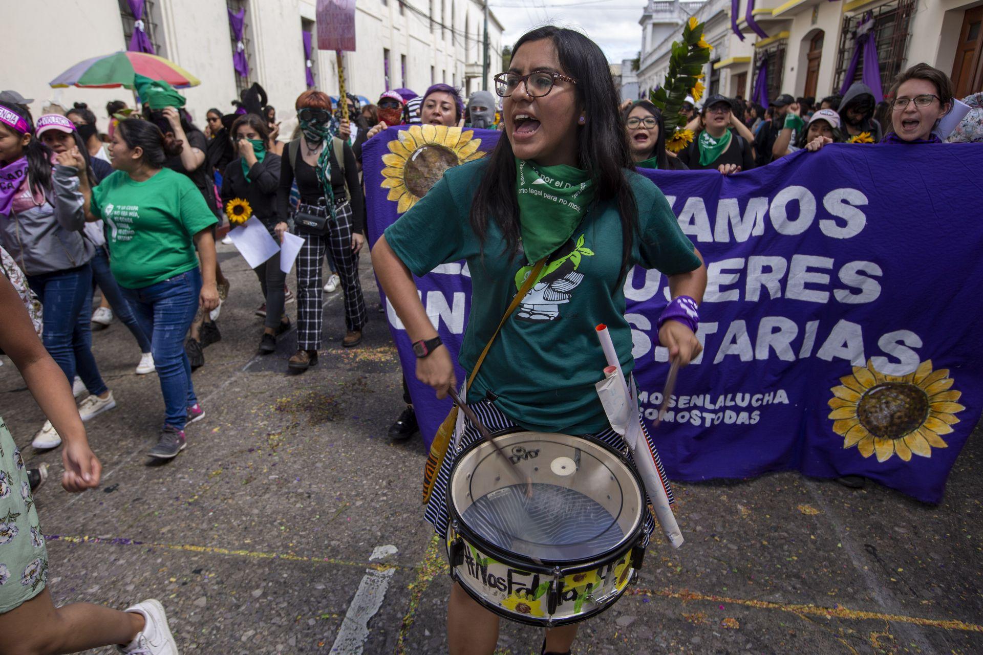 Жена участва в протест по време на Международния ден на жената в Гватемала