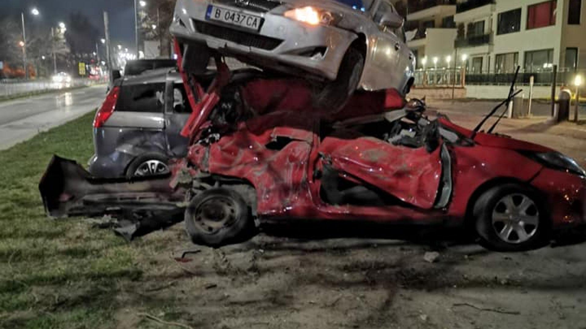 Зрелищна каскада във Варна: Кола кацна върху други три