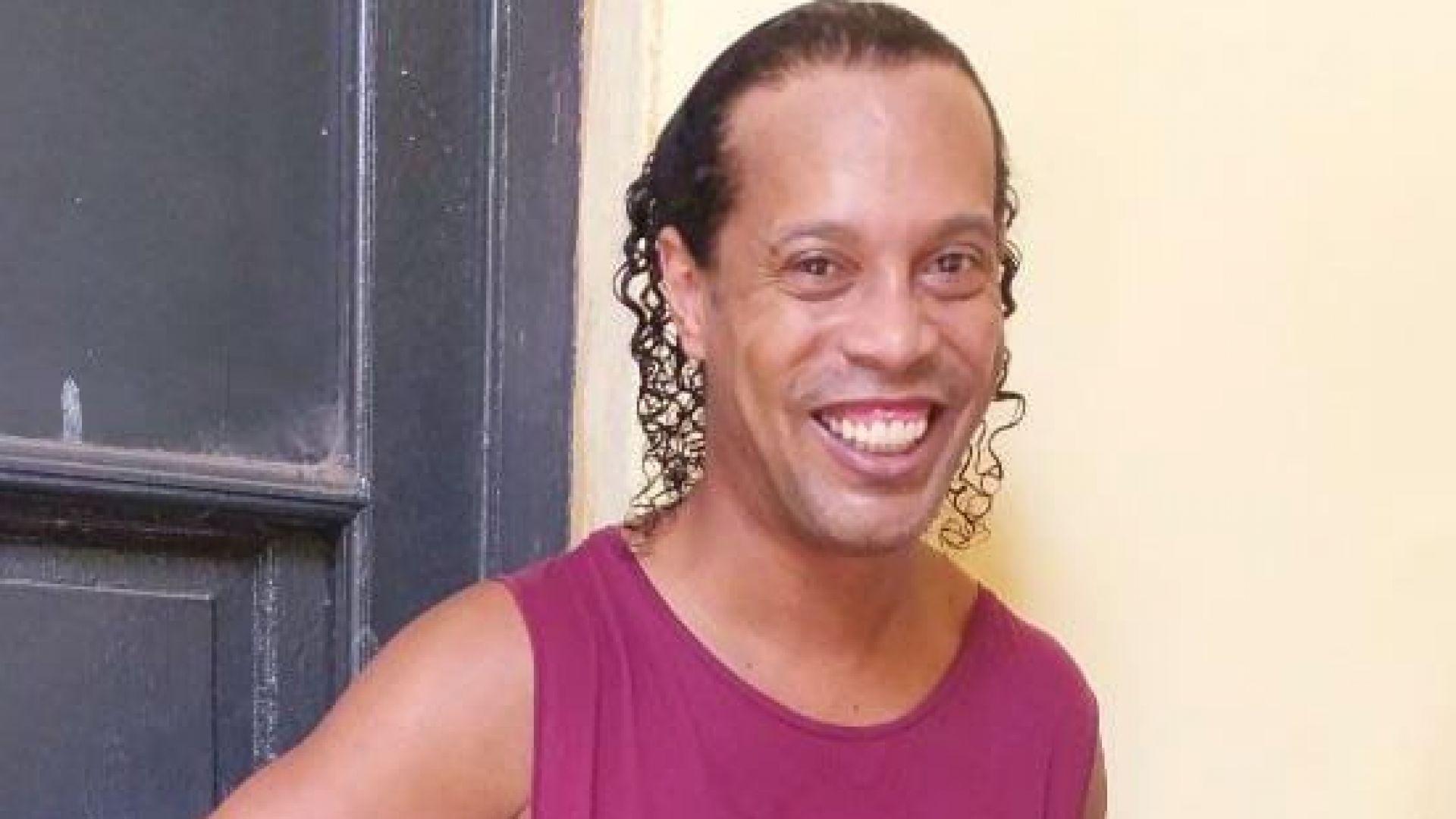 След месец в затвор и още 4 под домашен арест, Роналдиньо вече е свободен