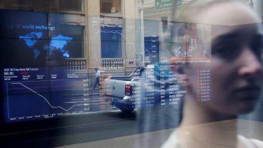 Акциите потънаха след срива при петролните цени