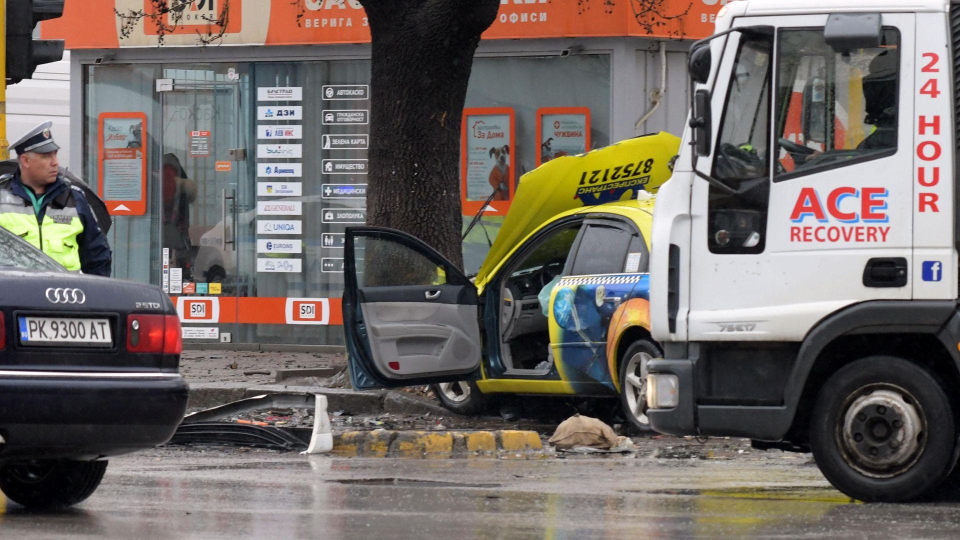 Такси удари четири коли в София (снимки)