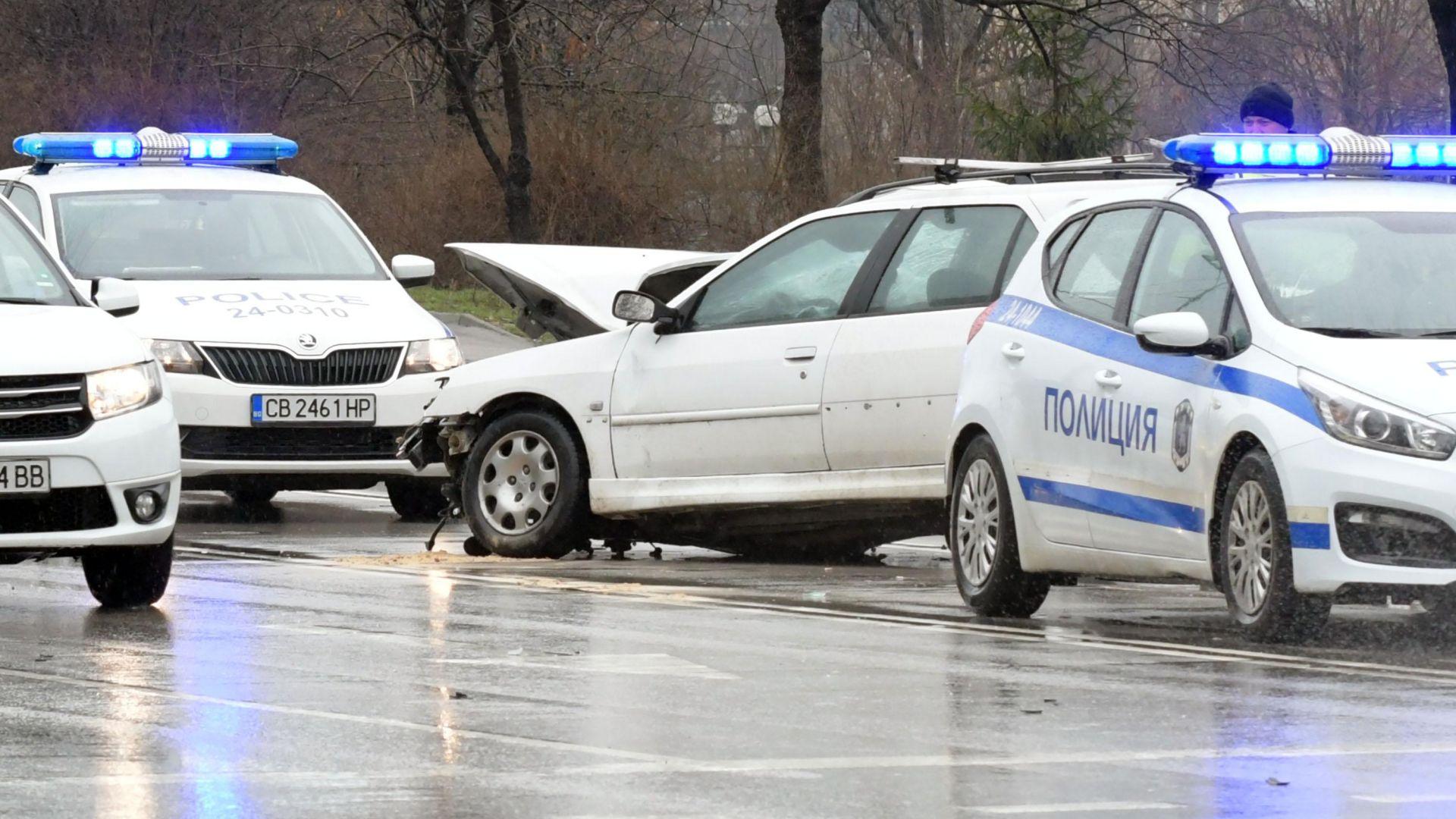 Пиян и дрогиран шофьор удари 6 автомобила и разби метален