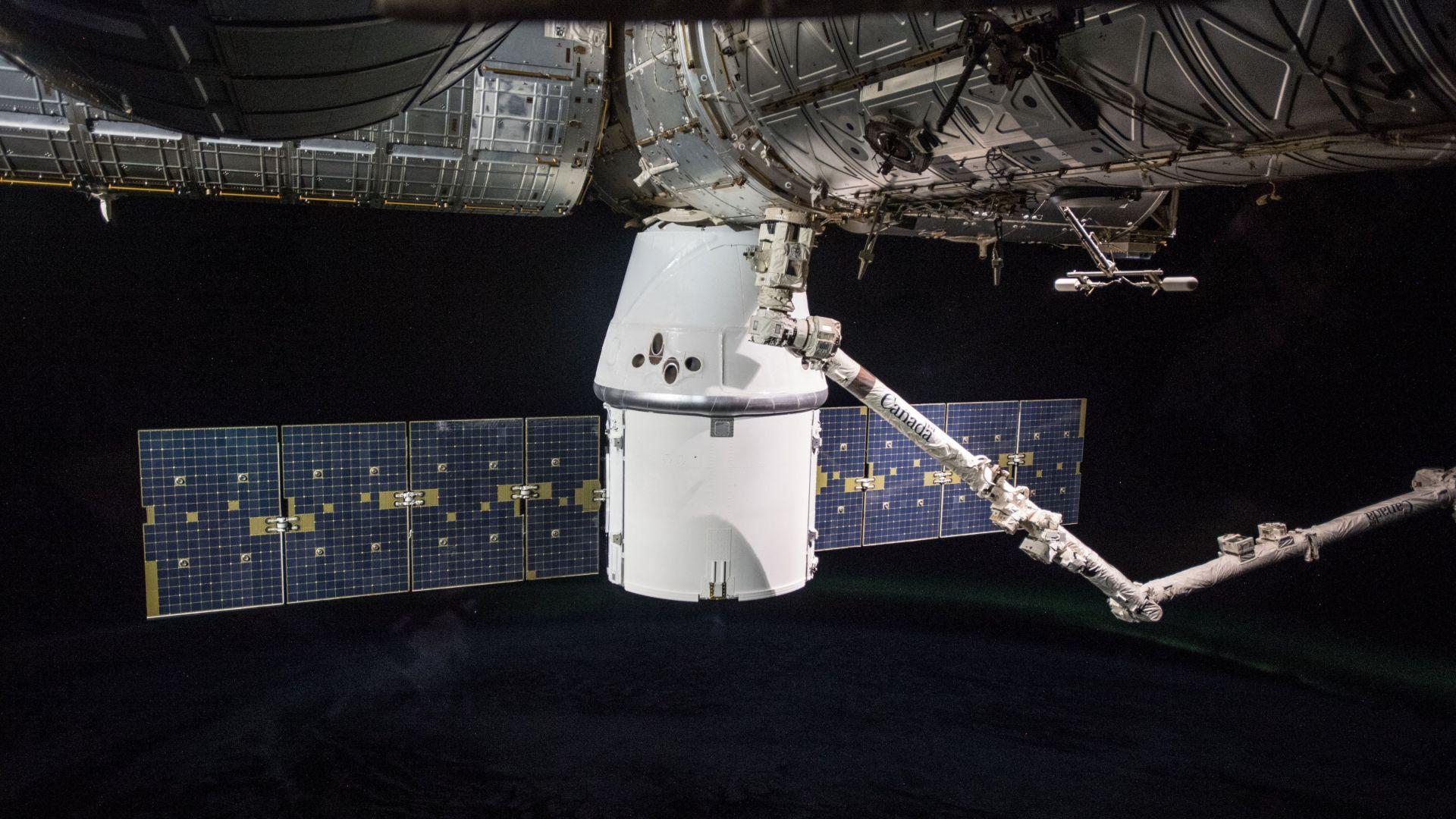"""""""Дракон"""" на SpaceX се скачи с МКС"""