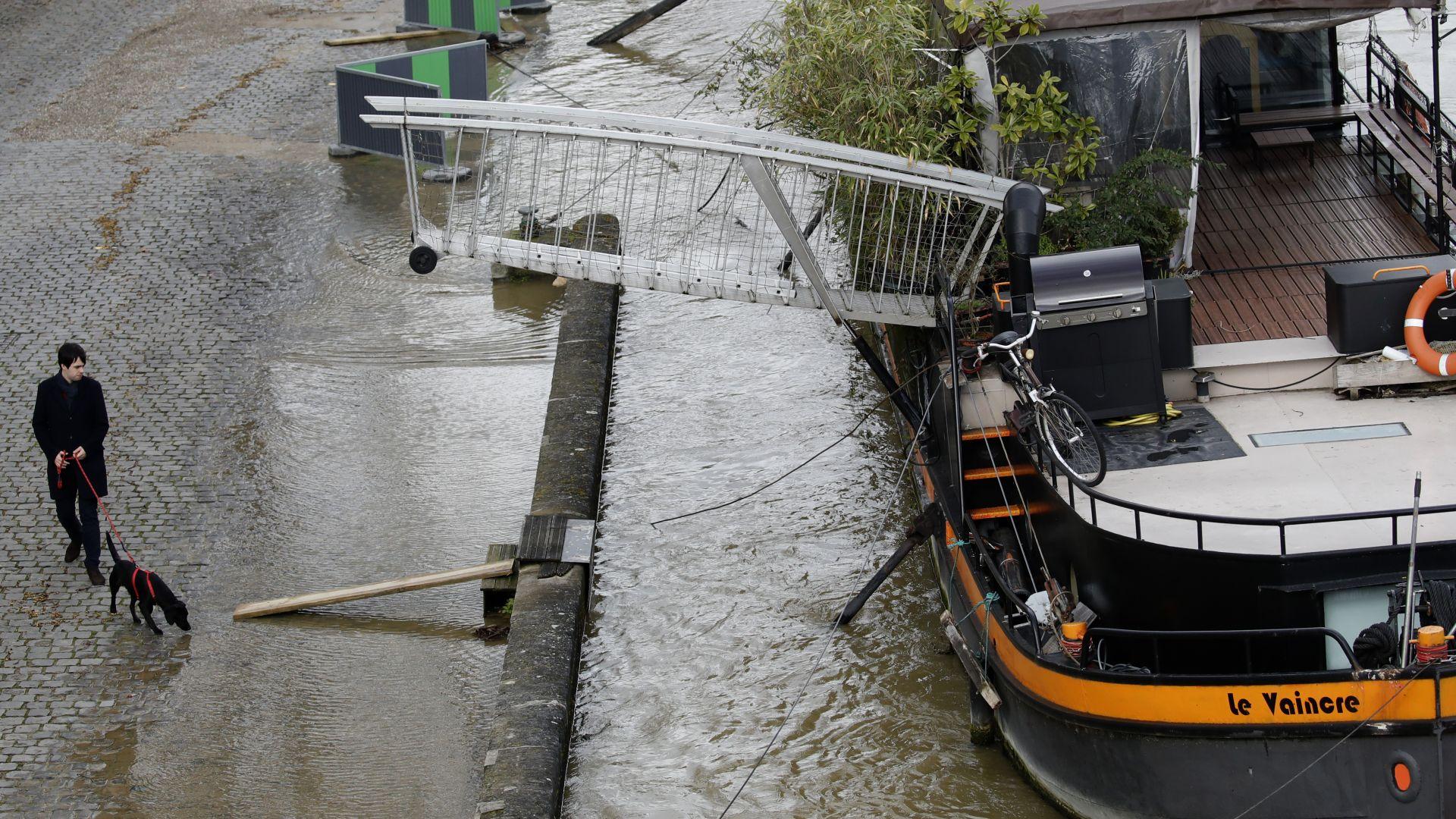 Сена преля, крайбрежните паркове на Париж са под вода (снимки)
