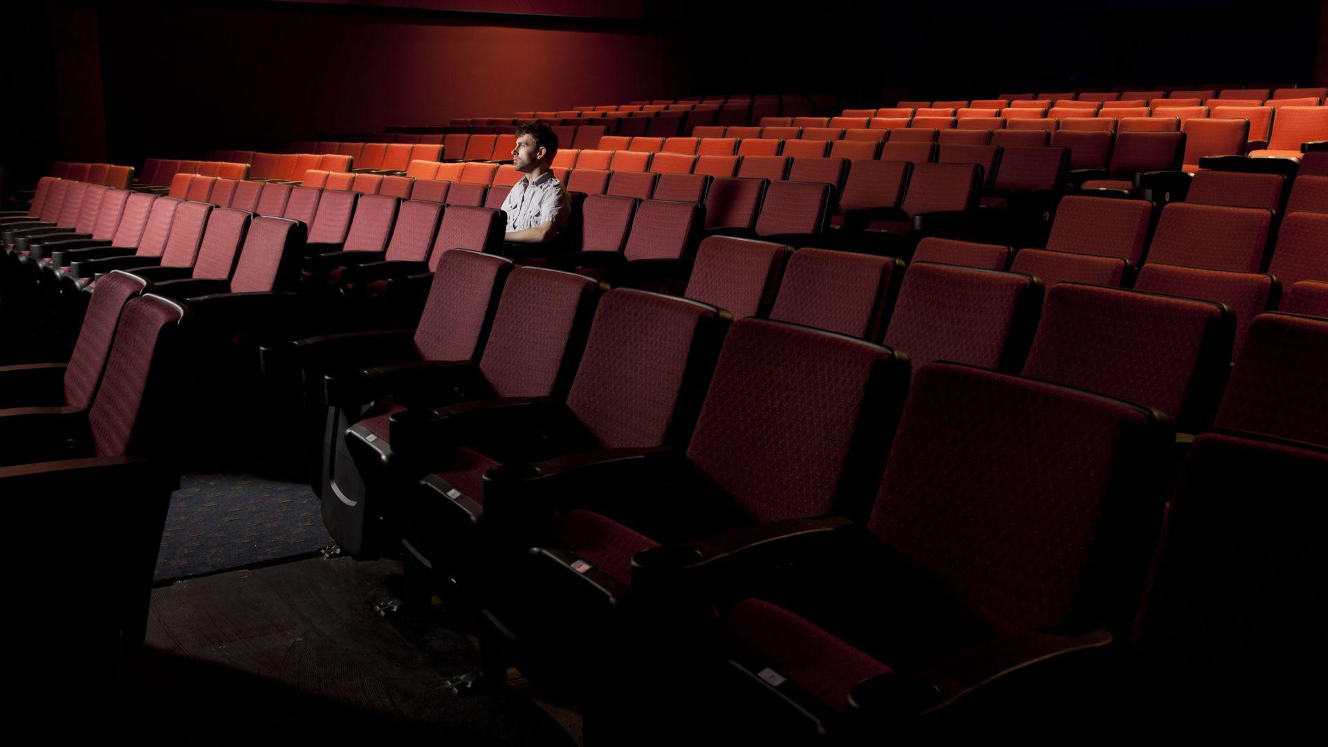 Искат оставка от Боил Банов заради затварянето на киносалоните