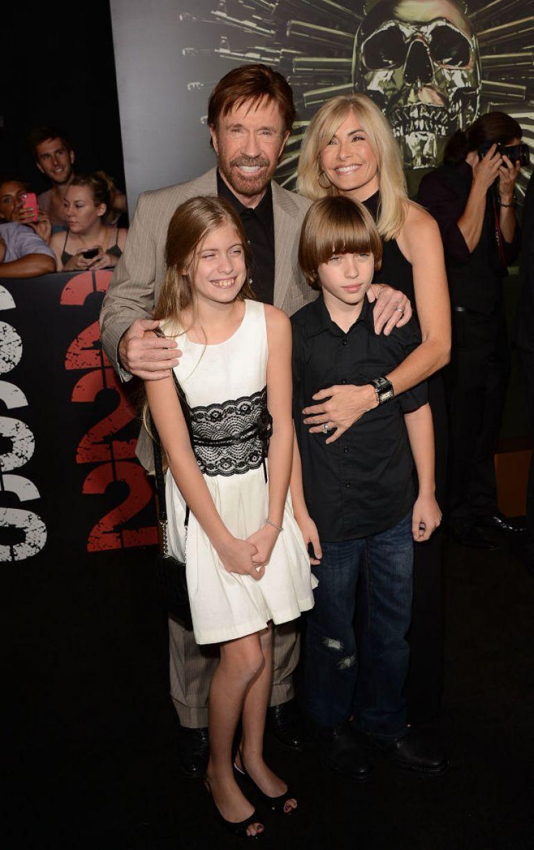 Чък Норис със съпругата си и близнаците им