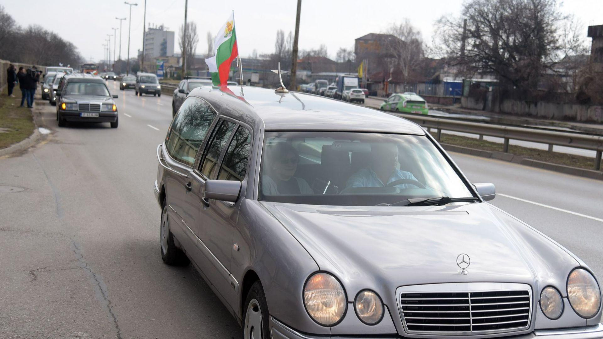 Шествие от катафалки премина пред Министерски съвет. Траурните автомобили минаха