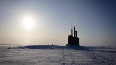 Американска ядрена подводница проби леда до Северния полюс (видео)