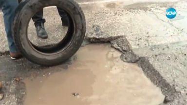 Софиянец спука две гуми наведнъж в необезопасена дупка