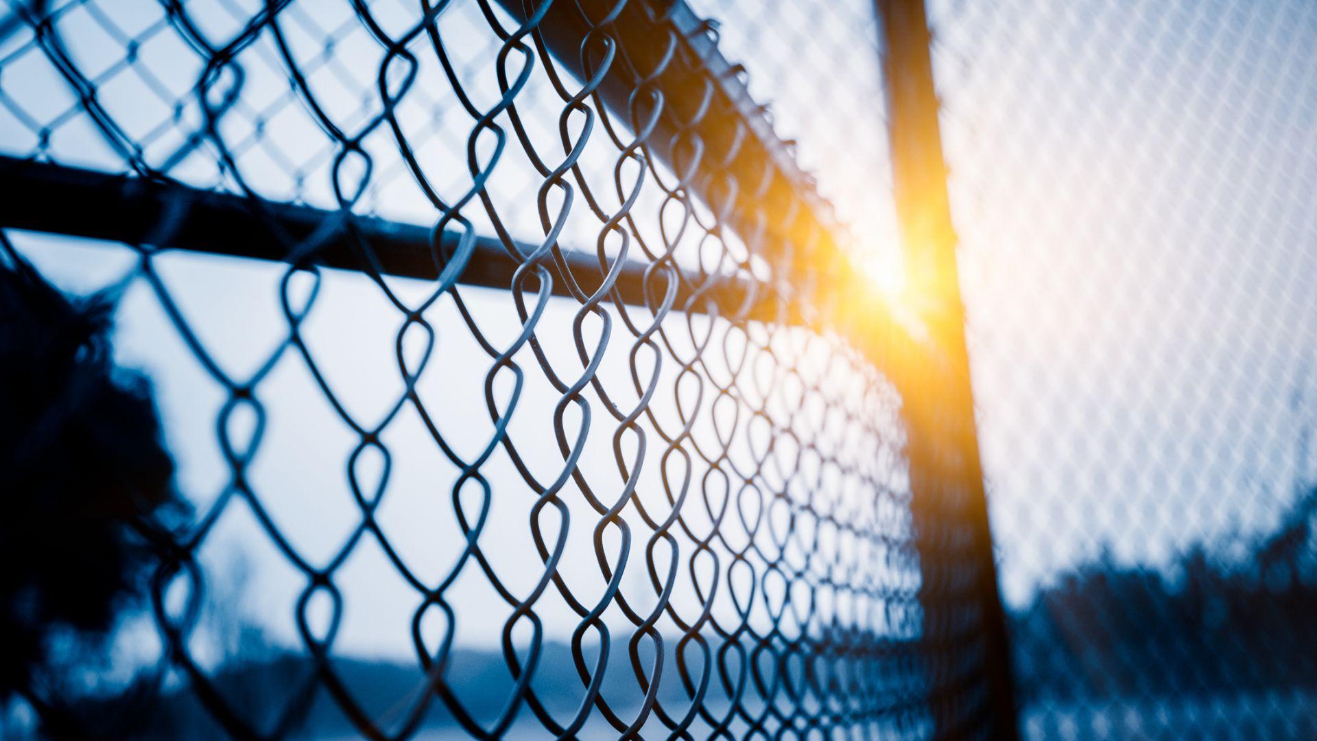 Жители на столичен блок оградиха чужда земя и сложиха врата с чип