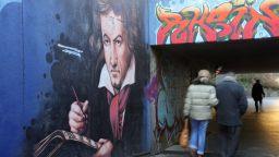 Бон отменя фестивала на Бетовен, шоуто продължава за Берлинската опера и Бродуей