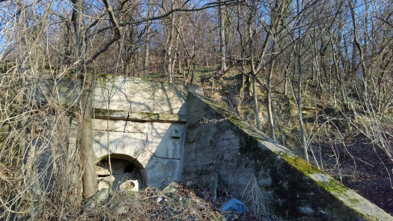 Това е един от запушените входове на бункера