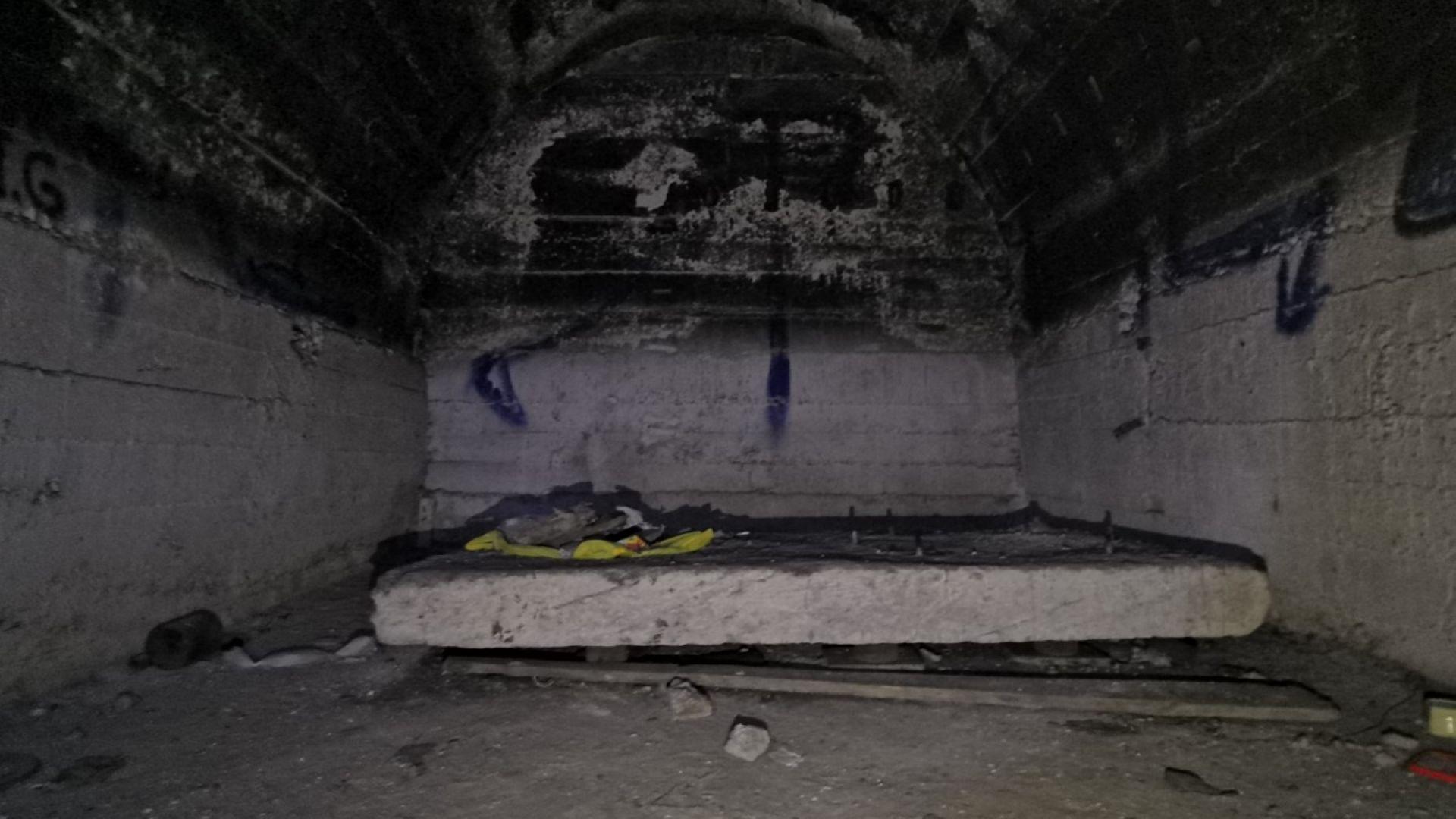 Вижда се странна граница между почистения бетон и саждите