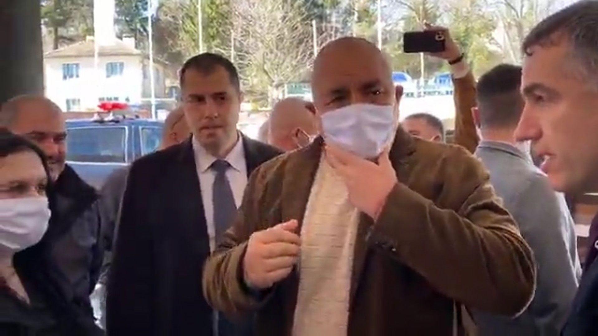 Премиерът Борисов с вече правилно поставена маска