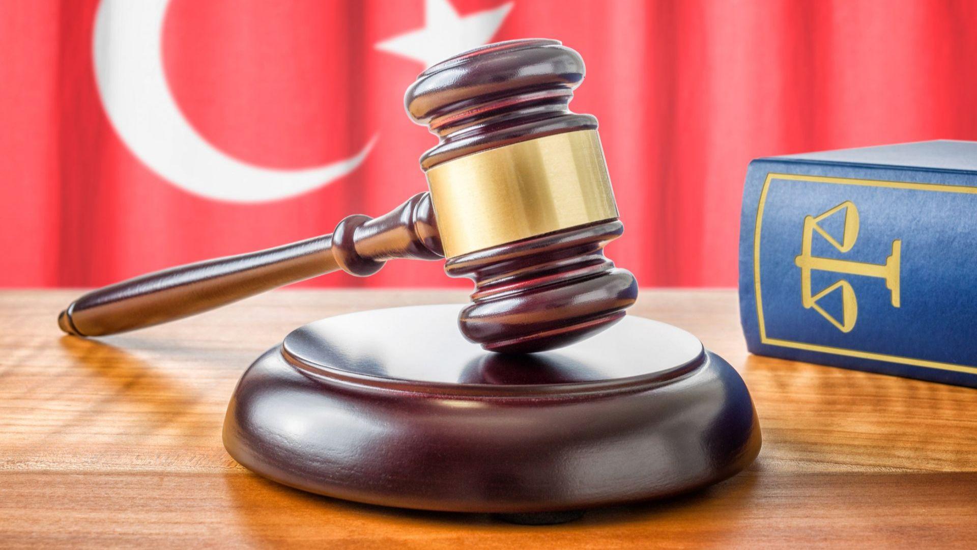 Турски съд нареди освобождаване от затвора на адвокат, обвинен в шпионаж