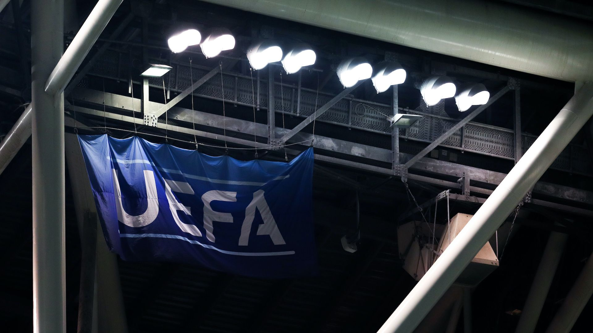 УЕФА отмени всичките си мачове, без футбол и в Англия