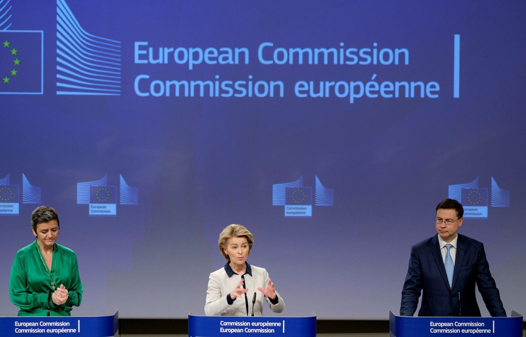 Еврокомисарят по конкуренцията Маргрете Вестагер, Урсула фон дер Лайен и заместник-председателят на ЕК Валдис Домбровскис обявяват мерките на Еврокомисията