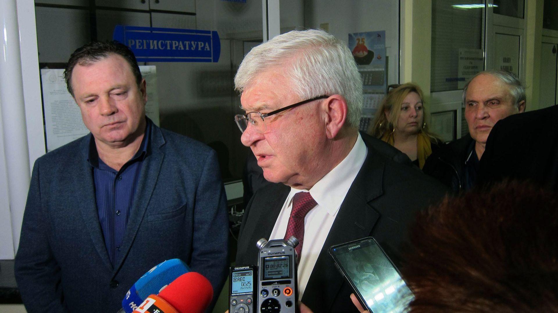 Кирил Ананиев въведе нови мерки при пътуването и призна: Медиците нямат на 100% предпазни средства и облекла