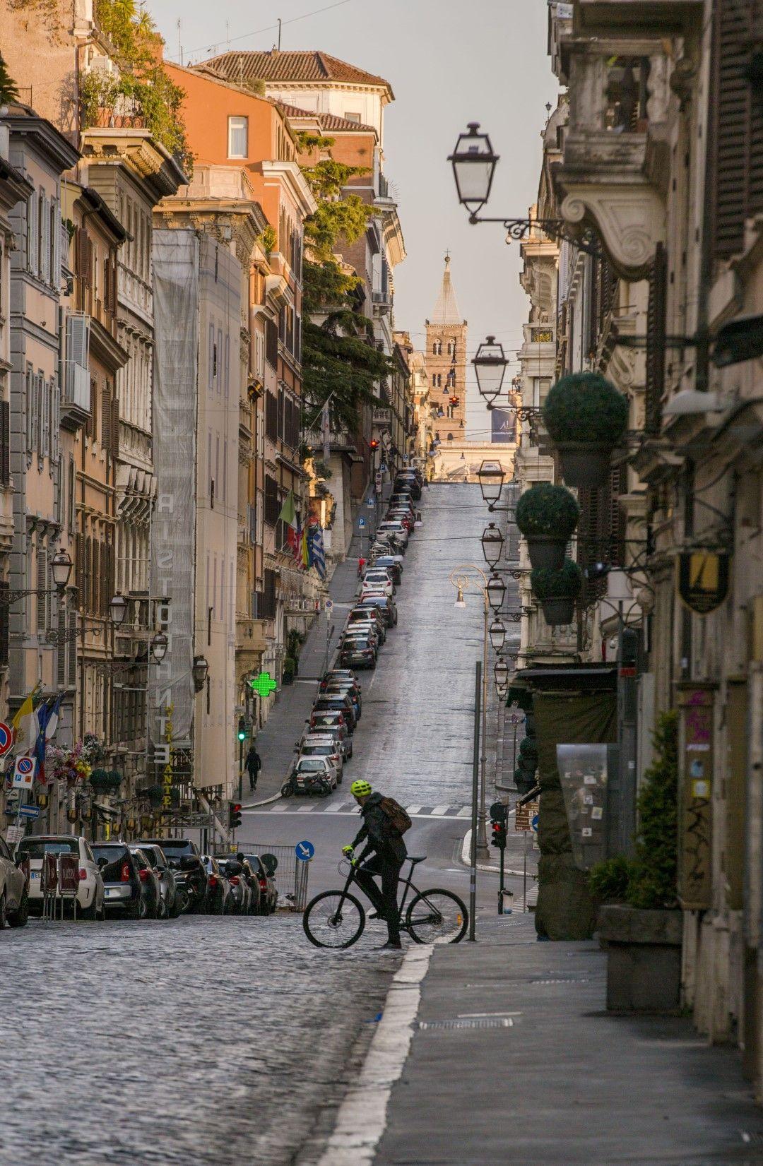 Велосипедист прекосява пуста улица в централната част на Рим