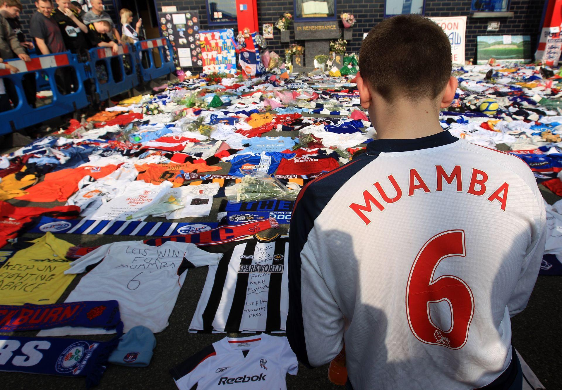 Пред стадиона на Болтън дните след мача бяха тягостни, а феновете организираха бдение и се молиха за играча