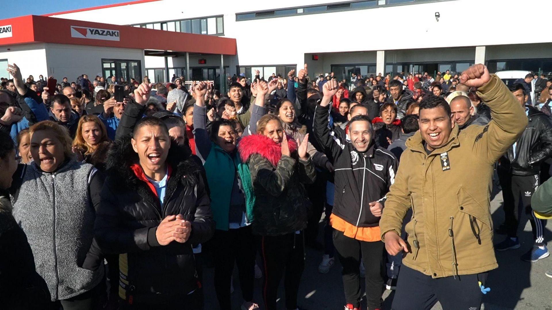 """Работници от """"Язаки"""" обявиха стачка заради страх от зараза (снимки)"""