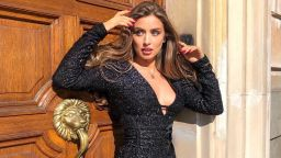 Саня Борисова вдъхновява под слънчевите лъчи по къса рокля с дълбоко деколте