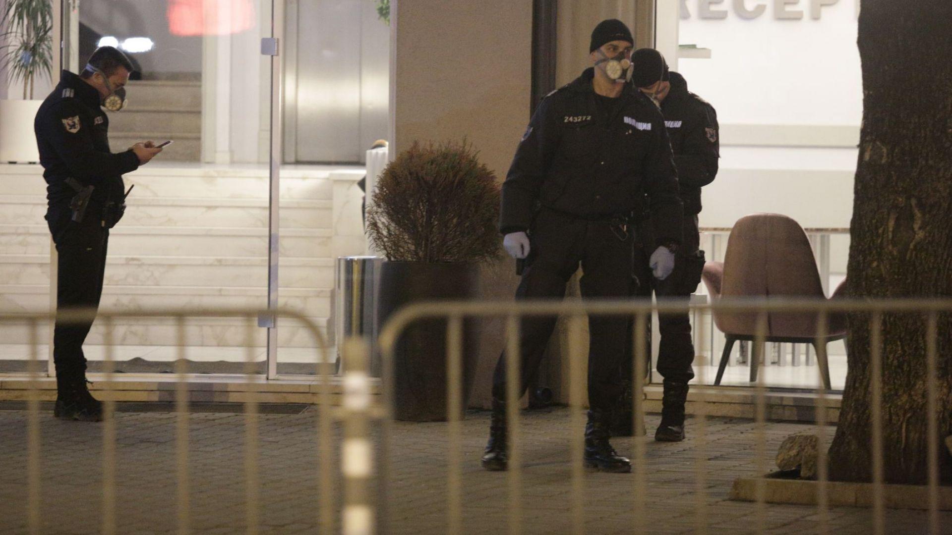 Полицейска блокада пред столичен хотел с 80 британски туристи, докарани от Банско (снимки)