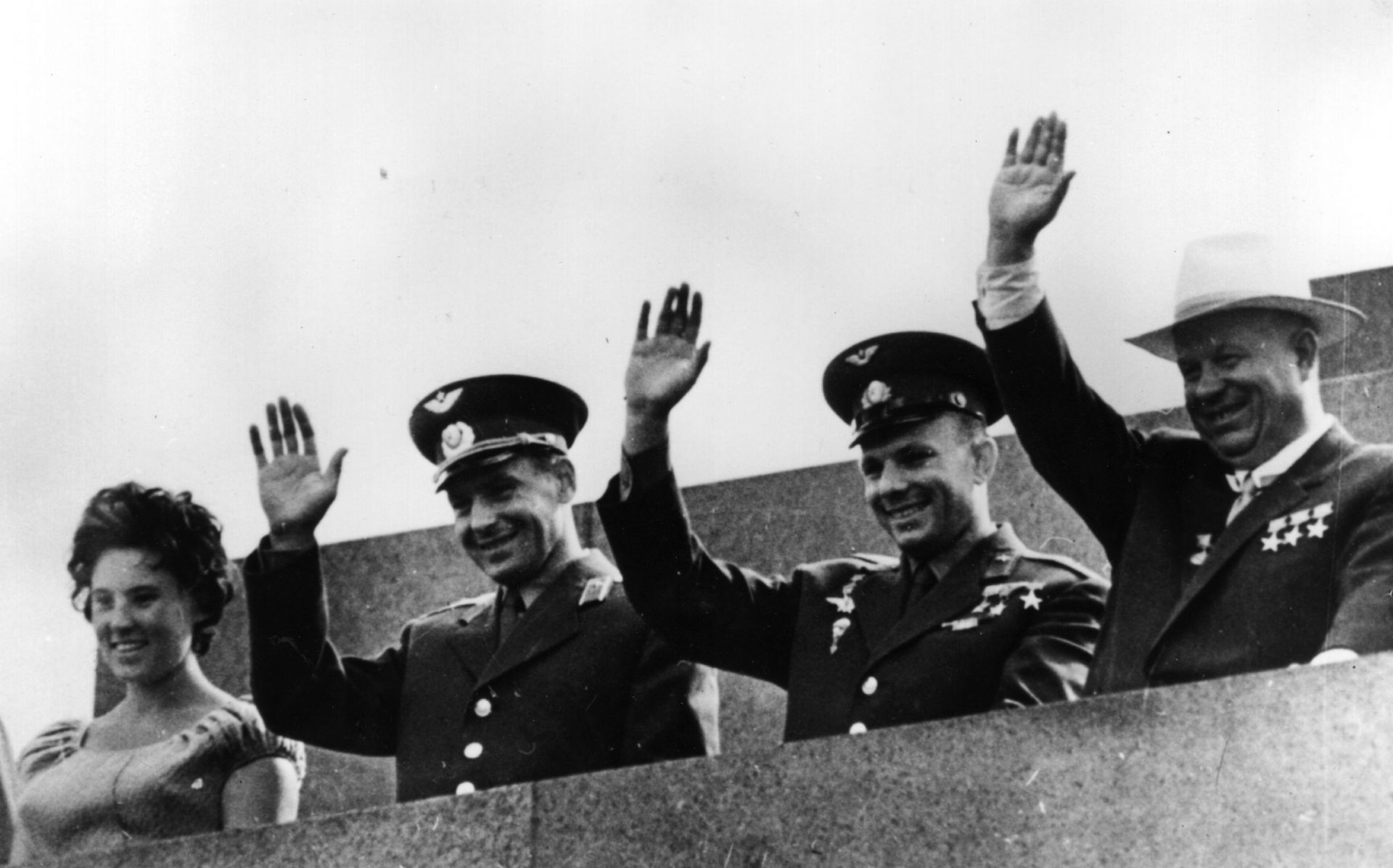 Никита Хрушчов с Гагарин и колегата му космонавт Герман Титов и неговата съпруга