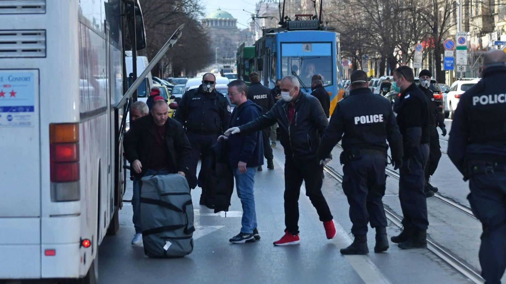 Полиция ескортира британските граждани, които бяха поставени от снощи под